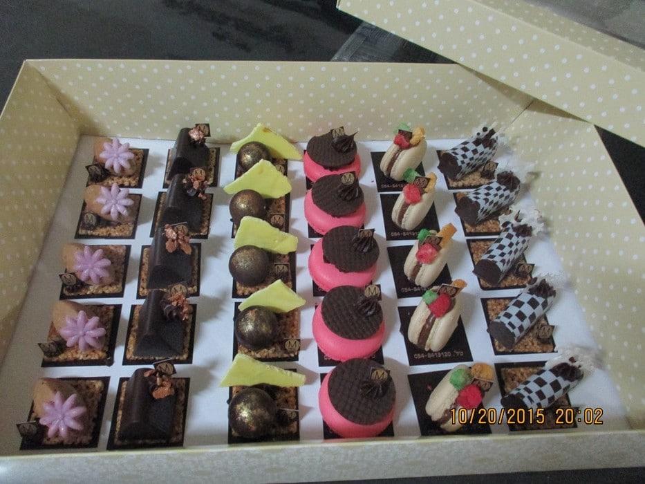 פטיפורים משוקולד ומקרונים של מירל-MIREL