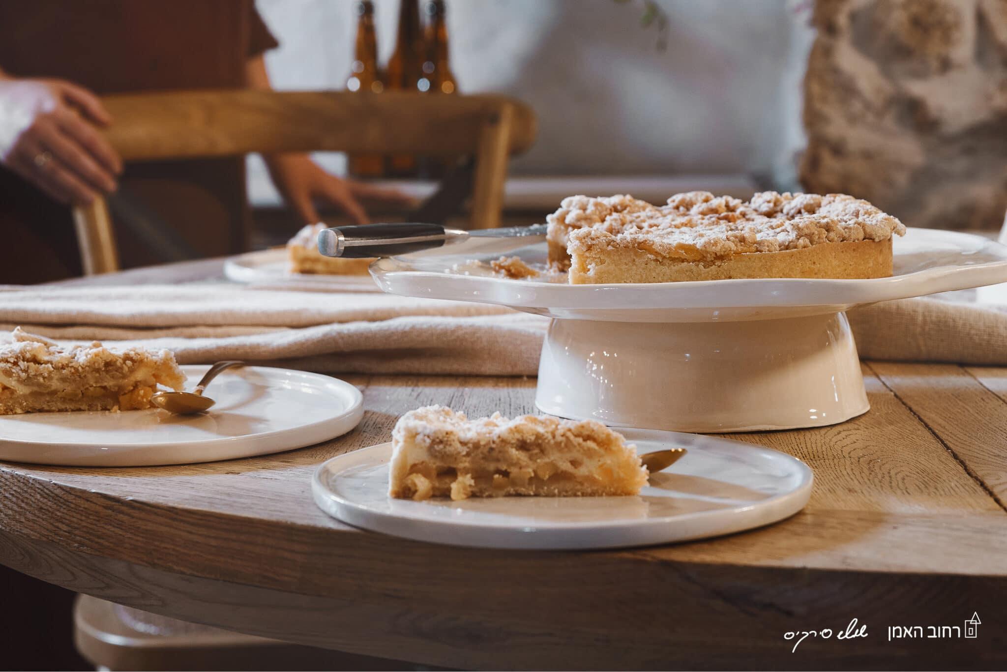 טארט פאי גבינה תפוחים ושטרויזל שקדים של MIREL שוקולד וקונדטוריית בוטיק